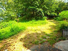 平山城址公園まで100m 現地の道路向かいは平山城址公園へ続く緑道です。