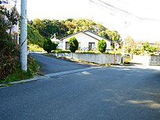 東面、南面道路に接道し、かつ角地ということもあり十分な日当たりを確保できます。南面は高台になっているので、歩行者の目線を遮ることが出来ます。