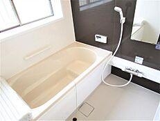 リフォーム済み。お風呂は1坪サイズのユニットバスに新品交換いたしました。浴槽は腰掛部分のあるラウンドバスになります。