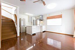 ダイニングキッチン 約11.6帖 階段下収納あり 二面採光 カウンター下収納