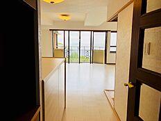 廊下からリビングに入るとそこには熱海の海・初島・大島と自然の恵みがあなた様をお迎えしてくれます。