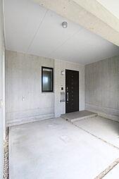 駐車場からすぐの玄関2019年7月撮影