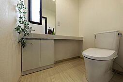 洗面台のある広いトイレです。