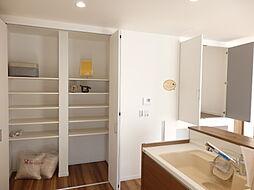 キッチン近くに大容量の収納を用意。料理の準備や片付けもラクラク。