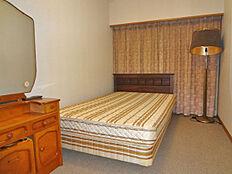 洋室約5.5帖、セミダブルベッドを置いてもゆとりの広さです。