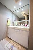 水回りも大変綺麗に使用されております洗面台は豊富な収納付きです