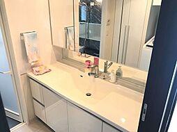 大きな鏡が魅力の洗面台忙しい朝も安心です。