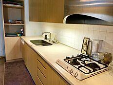 キッチン:ワイドスパンのシステムキッチン。洗い場とコンロの間も十分スペースがありますのでいろいろ置場。