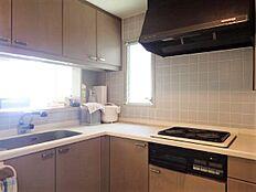 キッチン:カウンター式のL字型キッチン。コンロは電気コンロとなっています。