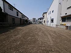 現況更地です。建ぺい率50%、容積率100%のエリアですので、周辺の建物もゆとりを持って建てられており、街並みもすっきりとしています