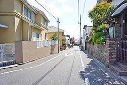 歩道の整備された前面道路で、お子様の通学も安心です。