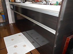 キッチンには床下収納があり、缶詰などの保存に便利です