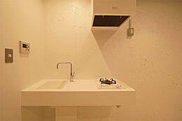 機能性と上品さを両立させたミニマムなキッチン。人工大理石を使ったスタイリッシュなデザインです。