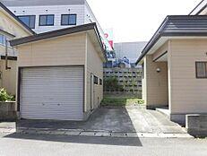 リフォーム中駐車スペースは車庫兼物置と玄関前にあります。車庫は春になって気温が上がってから外壁・屋根塗装します。外壁の一部・ドアとシャッターは補修します。