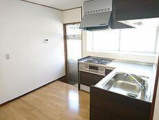 リフォーム済写真Housetec(ハウステック)製のシステムキッチンに交換しました。新品のキッチンで、毎日の家事も楽しみに変わりそうですね。