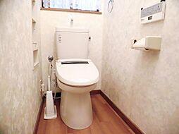 リフォーム前写真トイレは新品交換予定です。気になる床周りもクッションフロア張替えを行います。ウォシュレット機能付きの便座です。