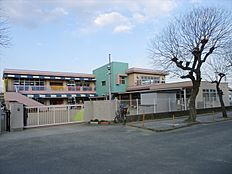 幼稚園鳩里幼稚園まで982m