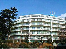 熱海スカイハイツの外観。白を基調としたマンション。