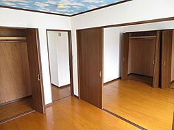 2階 洋室。2階の南側の2部屋には間仕切りがあり、扉を開けると開放的な空間になります。ご家族の成長やライフスタイルによって使い分けていただく事でより住まいが便利・快適になります。