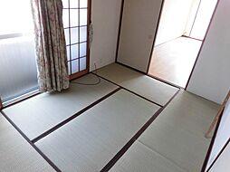 リビングからも廊下からも出入りのできる和室は客間としても利用できます。