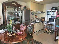 こちらが実際のお部屋の風景。素晴らしい調度品がお部屋にはたくさん置いてあります。