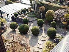 車庫から一段上がったところの庭