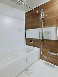 ワイドバスタブ、追炊き機能付、新規交換済のきれいな浴室。