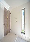 家族を迎えてくれる玄関は、入った瞬間に洗練された空間へと招き入れられます。この扉を開けると更なる空間へとご案内いたします。(建物プラン例/建物価格1755万円、建物面積89.26m2)