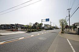 16m幅の道路は、歩道もしっかり作られているので小さなお子様も安心です。