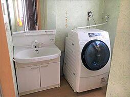 明るく清潔感のある洗面所です。