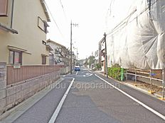 北東側前面道路 道幅約6.9m 車通りが少なく閑静な住宅街。