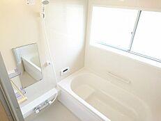 リフォーム済写真足を伸ばして入浴できる1616サイズに変更しました。1日の疲れをお風呂で癒してくださいね。(10月27日撮影)