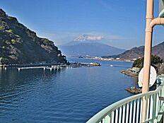 バルコニーから見える海と富士山