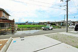 前面道路は広々としており、その前は農地ですので、のどかで開放的です。