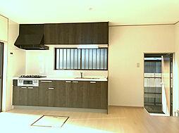 キッチン横には勝手口もあり、玄関を通らず外に出られます。