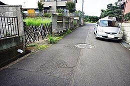 前面道路は幅員約4.2m、落ち着きのある住宅街の一画です。
