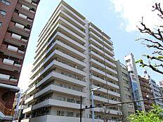 都営大江戸線「西新宿五丁目」駅徒歩4分、「都庁前」駅徒歩5分、丸ノ内線「西新宿」駅徒歩10分。十二社通り沿いに佇む13階建てのマンション。ビッグターミナル「新宿」駅も徒歩圏内です。