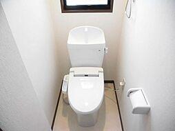 リフォーム済み。1階トイレです。天井、壁のクロスを張り替え、床はクッションフロアーに張り替えました。便器はジャニス製のものに新品交換しました。保温、節水機能付きで嬉しいこと尽くしです。
