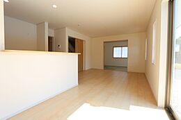 南向きの明るいリビングは和室と合わせて22.5帖の大きな空間です。
