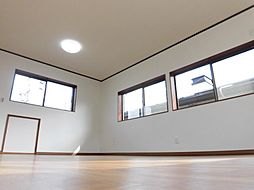 リフォーム済2階東側洋室写真です。天井・壁はクロスを張り、照明は交換、床はクッションフロア張りを行いました。三面に窓があり開放感のある明るいお部屋なので、きっと気に入っていただけると思います。