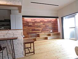 レッドシダーのデザインウォール。間接照明で木の凹凸が吹きだされ高級感が出てます。インテリアウォールの壁の上から間接照明が付いております。