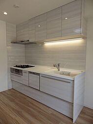 お部屋のカラーに合わせたシステムキッチンです。吊りキャビネットは調理道具や食品ストックなどに使え、収納力があります。