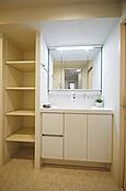上質な洗面空間がゆとりの時間を提供します。