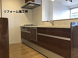 リフォーム施工例:月々3955円(総額1384000円、金利1.075%35年)のリフォームで新品のキッチンに。人工大理石トップは耐久性も優秀。