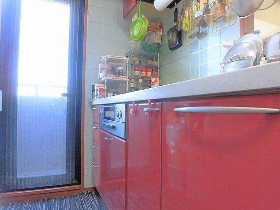 キッチン横は扉...