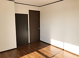 二階洋室。クロス張替え、床フロアタイル張りがされます。