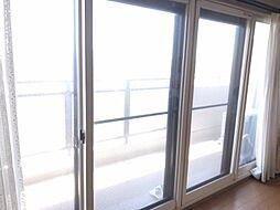 大きな窓から暖かい光が差し込みます