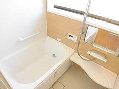 浴室はリクシル製0.75坪ユニットバスを新設しました。コンパクトサイズで経済的、床は足裏に密着する微細な凹凸になっているので、すべりにくく安全です。