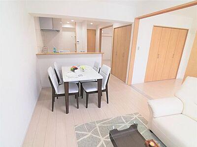 リビングダイニングキッチンは12.0帖の広さがあります。洋室が隣接する便利な間取りです。,3LDK,面積64.35m2,価格1,690万円,JR常磐線 新松戸駅 徒歩7分,JR武蔵野線 新松戸駅 徒歩7分,千葉県松戸市新松戸北1丁目