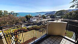 バルコニーからの眺望は室内よりも素晴らしく、相模湾だけではなく、町と山の眺望も楽しめます。